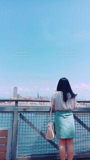 海を眺めている女性の写真・画像素材[1320525]