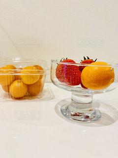 テーブルの上のオレンジ ジュースのガラスの写真・画像素材[1804500]