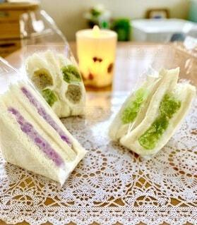サンドイッチ(紫芋、ぶどう、キウイ)の写真・画像素材[3717155]