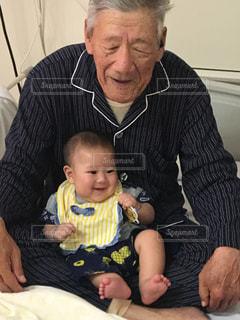 男の赤ん坊を保持の写真・画像素材[1459728]