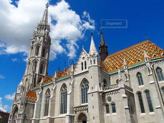 マーチャーシュ教会の前に大きな時計塔のある教会の写真・画像素材[1262529]