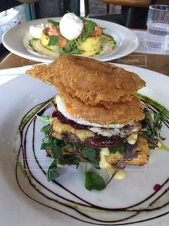白プレート、サンドイッチとサラダをトッピングの写真・画像素材[1272836]