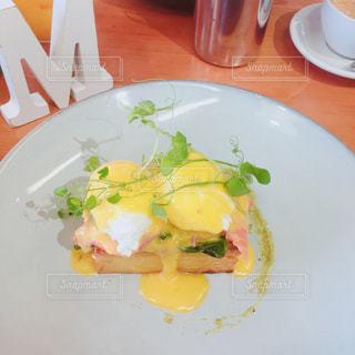 テーブルの上に食べ物のプレートの写真・画像素材[1272843]