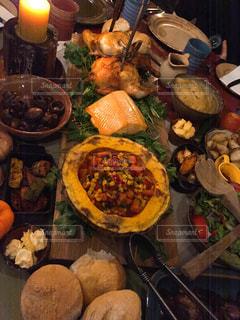 近くにテーブルの上に食べ物の多くの異なる種類のの写真・画像素材[1272846]