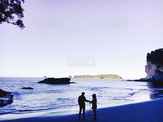 海,夕日,海外,ビーチ,夕焼け,夕暮れ,海辺,夕方,シルエット,人物,人,サンセット,紫色の空