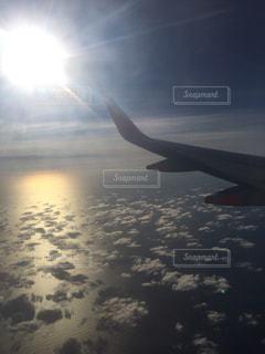 海,空,太陽,雲,飛行機,オレンジ,光,サンセット,上空,雲の上,飛行機の翼,機内から