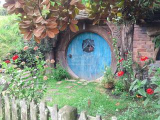 近くの家の前にフラワー ガーデンの写真・画像素材[1313456]