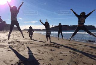 砂浜の上に立つ人々 のグループの写真・画像素材[1324739]