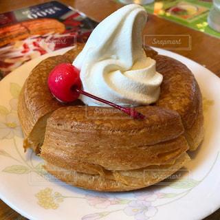 皿の上のケーキの一部の写真・画像素材[1359854]