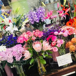 テーブルの上に花瓶の花の花束の写真・画像素材[1390620]
