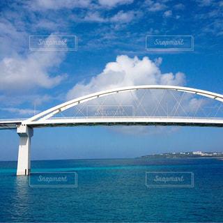 水の体の上の橋の写真・画像素材[1390676]