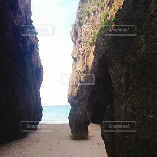 水の体の横にある洞窟の写真・画像素材[1395719]