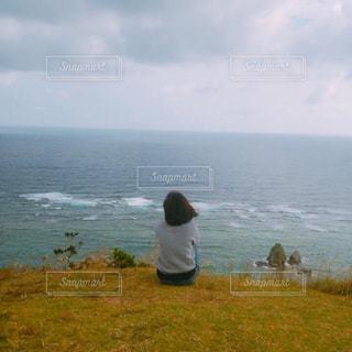 水の体の横に立っている人の写真・画像素材[1395725]
