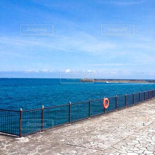 近くに水の体の横に桟橋のアップの写真・画像素材[1395784]
