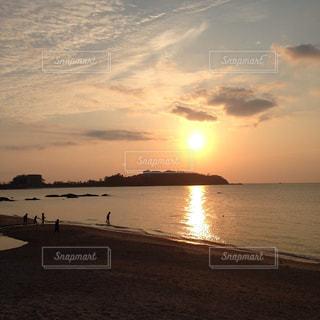 水の体に沈む夕日の写真・画像素材[1395797]