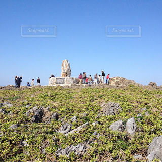 岩が多い丘の上の人々 のグループの写真・画像素材[1395811]