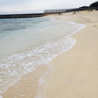 水の体の横にある砂浜のビーチの写真・画像素材[1395818]