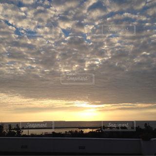 水の体に沈む夕日の写真・画像素材[1395823]