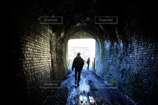男性,20代,春,後ろ姿,影,男,シルエット,光,トンネル