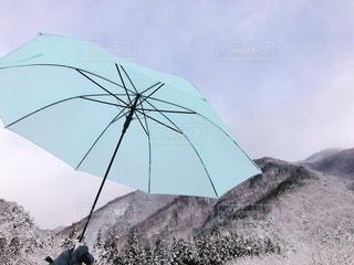 近くの曇りの日に傘をの写真・画像素材[1734548]