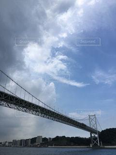 水の体の上を橋を渡る列車の写真・画像素材[1264667]