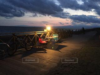 水の体に沈む夕日の写真・画像素材[1263056]