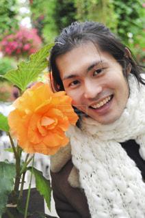 花と男子の写真・画像素材[1371922]