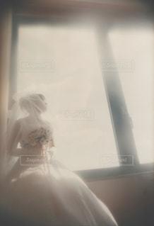 窓辺に座る花嫁の写真・画像素材[1583338]
