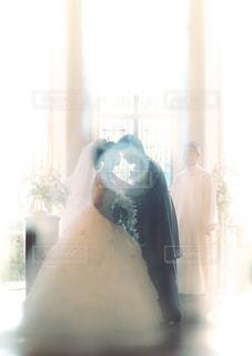 白,結婚式,光,ぼかし,キス,結婚,未来,教会,誓い,夢,新郎新婦,ポジティブ,目標,ブライダル,ウェディング,可能性,誓いのキス