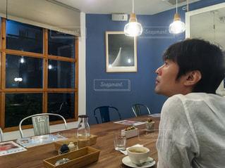 夜のカフェの写真・画像素材[2257185]