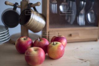 テーブルの上のリンゴの写真・画像素材[2873171]