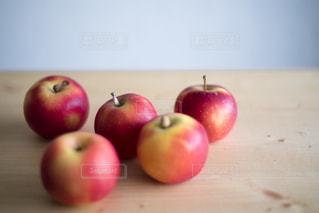 木製テーブルの上の赤いリンゴの写真・画像素材[2873169]