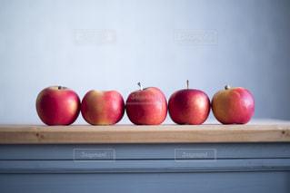 木製のテーブルの上のミニリンゴの写真・画像素材[3149312]