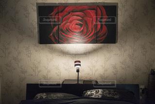 暗い部屋のベッドの写真・画像素材[3341192]