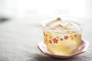 飲み物,インテリア,花,夏,桜,水,水滴,氷,ガラス,テーブル,コップ,机,食器,お茶,ドリンク,模様,冷たい,ライフスタイル,緑茶,茶托