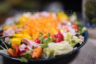 カラフル野菜サラダの写真・画像素材[3894576]
