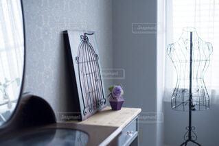 紫のお花を飾っているお部屋の写真・画像素材[3901534]