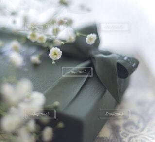 かすみ草とラッピングされたプレゼントの写真・画像素材[3974611]