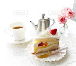 テーブルの上のコーヒーと苺のショートケーキの写真・画像素材[3981605]