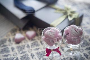 ワイングラスに入ったハートのひと粒チョコレートの写真・画像素材[4156686]