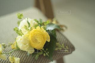椅子に置かれた花束の写真・画像素材[4177180]