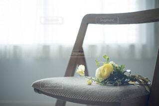 椅子に置かれた花束の写真・画像素材[4177179]