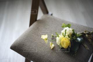 椅子に置かれた花束の写真・画像素材[4177181]