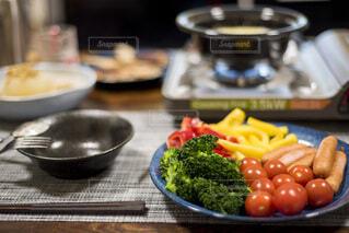 テーブルに用意されたチーズフォンデュの写真・画像素材[4195525]