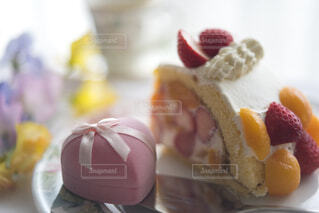 テーブルの上のケーキとギフトの写真・画像素材[4258078]