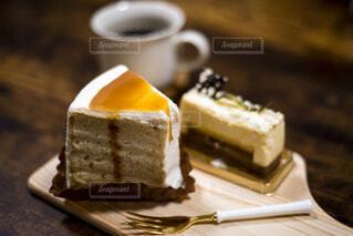 テーブルの上のショートケーキとコーヒーの写真・画像素材[4290459]