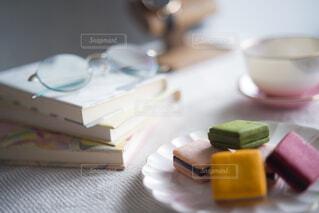 テーブルの上のクッキーと本の写真・画像素材[4293917]