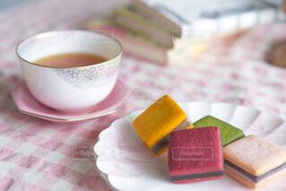 本とクッキーとお茶の写真・画像素材[4293918]