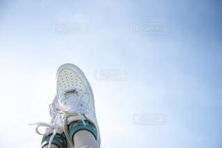 空と白いスニーカーの写真・画像素材[4412983]