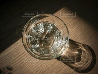 テーブルに置かれたコップの水の写真・画像素材[4416802]